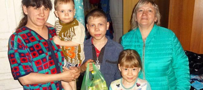 Участники волонтерского клуба «Лучики Добра» посетили многодетные и малообеспеченные семьи п. Орел и Турлавы